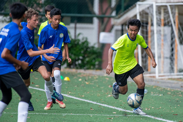 Mhd Arshad (#16) of JVSS pushes up the left wing.