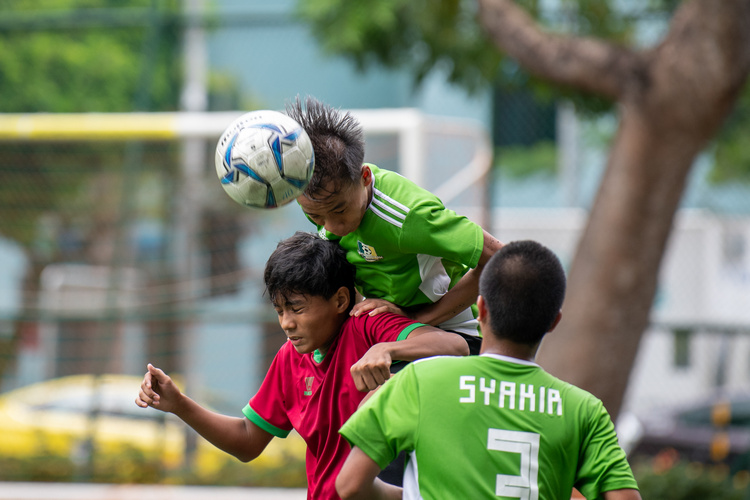 Faqih (#10) of OPSS and Tengku Jamaludin (#19) of SGS fight for a header. (Photo 8 © Jared Khoo/REDintern)
