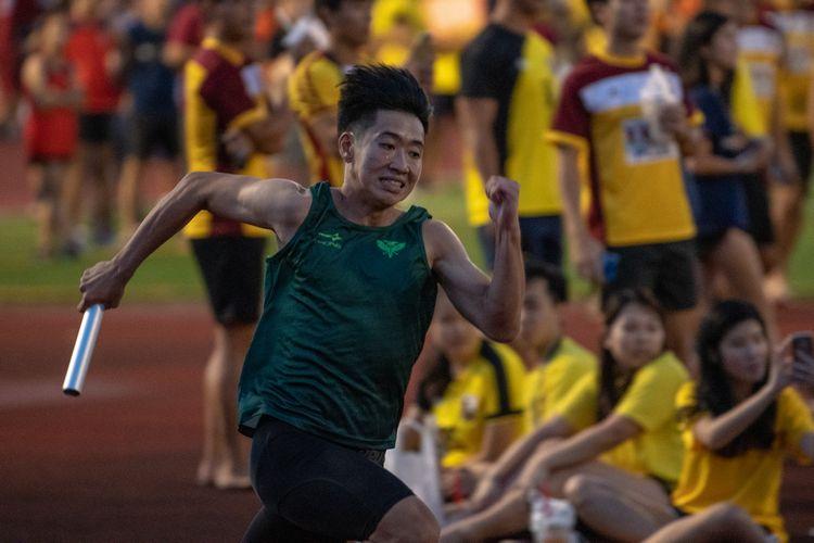 Raffles Hall's Nicholas Sim running the first leg of the Men's 4x100m relay. (Photo 2 © REDintern Jared Khoo)