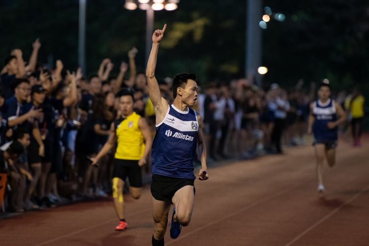 Chan Zhe Ying anchoring Kent Ridge Hall to first place in the Men's 4x100m relay. (Photo 3 © REDintern Jared Khoo)