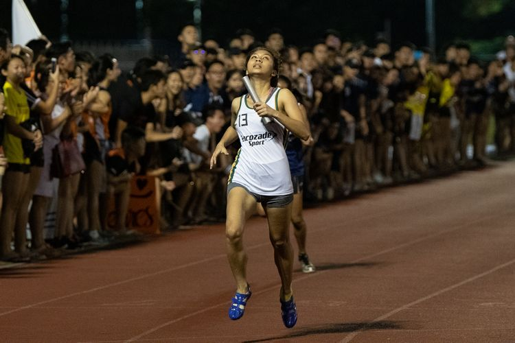 Daphne Valmonte anchoring Temasek Hall to first place in the Women's 4x100m relay. (Photo 6 © REDintern Jared Khoo)
