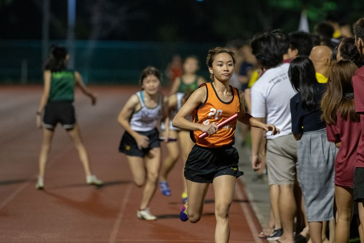 Teo Hui Yuh of Sheares Hall setting off for her 800m leg in the mixed medley. (Photo 11 © REDintern Jared Khoo)