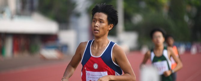 Lim Yu Zhe of Nan Hua High School clinched gold in the B division boys 1500m race with a time of 04:19.61. (Photo 1 © Stefanus Ian/Red Sports)