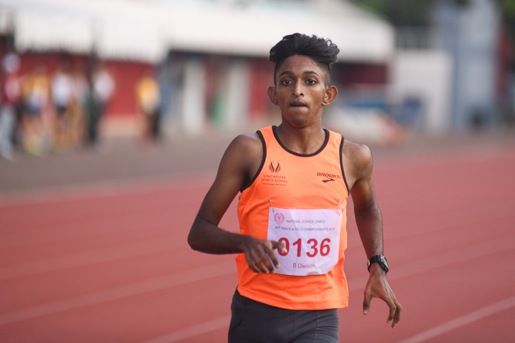 Harieharan s/o Durairaj of Singapore Sports School clinched bronze in the B division boys 1500m race with a time of 04:22.45. (Photo 1 © Stefanus Ian/Red Sports)