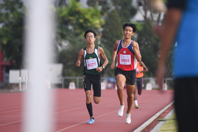 Lim Yu Zhe of Nan Hua High School and Chai Jiacheng neck-and-neck coming into the final lap of the B division boys 1500m race. (Photo 1 © Stefanus Ian/Red Sports)