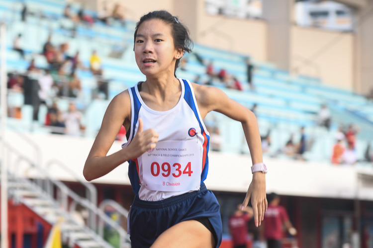 Enastasia Koh of Dunman High School secured silver in the B division girls 1500m race with a time of 05:13.45. (Photo 1 © Stefanus Ian)