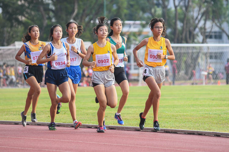 Participants of the B division girls 1500m final keeping close to each other in the early stages of the race. (Photo 1 © Stefanus Ian/Red Sports)