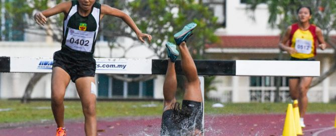 NJC's Ng Yu Ching (in red) suffered a bad fall on her second last water jump -- falling head-first into the pit -- which caused her to drop from second to fourth position. However, in a remarkable comeback, she picked herself up and outsprinted HCI's Tanya Kang on the final stretch of the race to snatch the bronze. (Photo 8 © Iman Hashim/Red Sports)