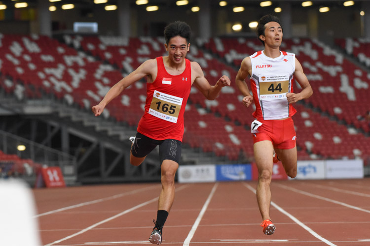 Reuben Rainer Lee (#165) clinched the gold in the 200m Men's Open final. His timing of 21.64s was only 0.03s shy of the national under-18 record which he set earlier this month at the SEA Youth Championships. (Photo 1 © Iman Hashim/Red Sports)