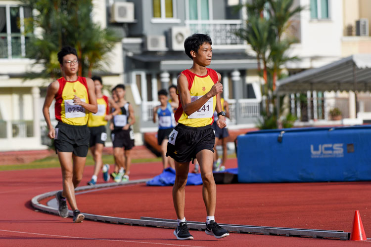 Jean Yeo (#241) of Hwa Chong Institution won the A Division boys' 5000m Racewalk with a timing of 25:51.84. (Photo 23 © Iman Hashim/Red Sports)