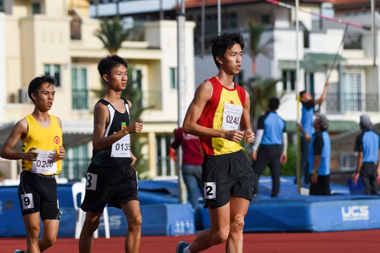 HCI's Joshua Koh (#243), RI's Asher Tan (#135) and VJC's Shawn Pong (#200) placed third, fourth and fifth respectively in the A Division boys' 5000m Racewalk. (Photo 25 © Iman Hashim/Red Sports)