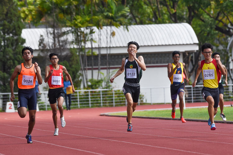A close battle ensued on the final stretch of the A Division boys' 400m final. HCI's Sin Ming Wei (#265), SSP's Samel Sahil Chetan (#24) and RI's Marcus Tan (#122) eventually finished first, second and third respectively. (Photo 2 © Iman Hashim/Red Sports)