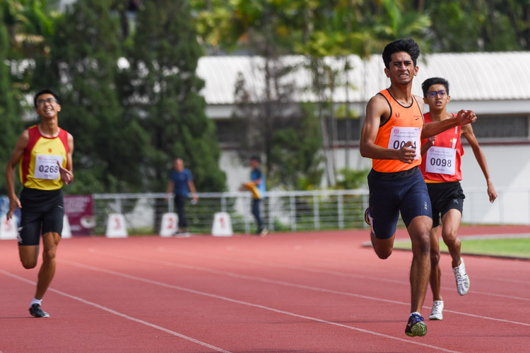Samel Sahil Chetan (in orange) of Singapore Sports School gives one last burst in the 400m final. He eventually settled for silver in 51.58s. (Photo 3 © Iman Hashim/Red Sports)