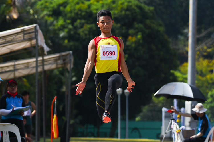 Zeen Chia (#590) of Hwa Chong Institution clinched his first ever National Schools gold with a winning leap of 6.69m in the B Division boys' long jump. (Photo 1 © Iman Hashim/Red Sports)