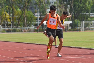 Nicholas Teo (#145) of Singapore Sports Schools dips slightly ahead of Mark Lee of ACS(I) in the B Division boys' 200m final. (Photo 3 © Iman Hashim/Red Sports)
