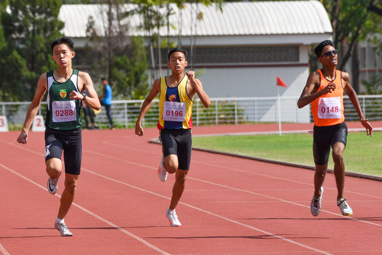 In a tight race, Raam Kumar Muthukumaran (#148, far right) of Singapore Sports School snatched the gold in 52.52s, just a tenth of a second ahead of Ho Zhe Xi (#288) of Raffles Institution. (Photo 1 © Iman Hashim/Red Sports)