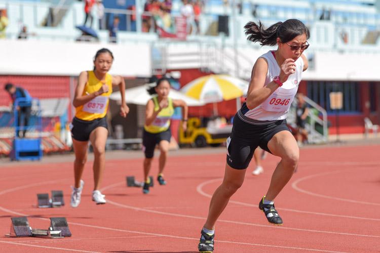 Wang Ying Xuan (#946) of Dunman High School starts her race in the B Division girls' 400m final. She eventually placed fourth in 1:03.19. (Photo 3 © Iman Hashim/Red Sports)