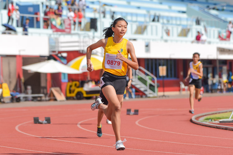 Felicia Sng (#879) of Cedar Girls' Secondary starts her race in the B Division girls' 400m final. She eventually placed third in 1:03.04. (Photo 4 © Iman Hashim/Red Sports)