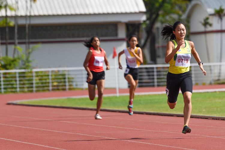 B Division girls' 400m champion Emily Ong (#719) of Singapore Chinese Girls' School retained her crown with a timing of 1:00.51. (Photo 6 © Iman Hashim/Red Sports)