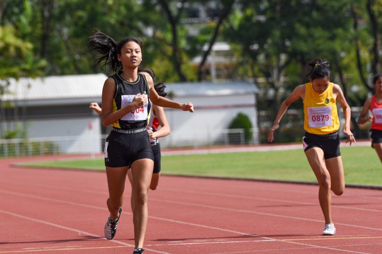 Tong Yan Yee (in black) of Crescent Girls' School finished second, while Felicia Sng (#879) of Cedar Girls' Secondary took the bronze. (Photo 10 © Iman Hashim/Red Sports)