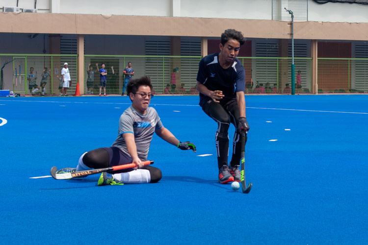 Raidon Ng Cho Yeow (SHS #6) tries to tackle Syazwi Zufayri Bin Yusri (SKS #17) in a bid to stop Sengkang from progressing up the pitch. (Photo 11 © REDintern Jordan Lim)