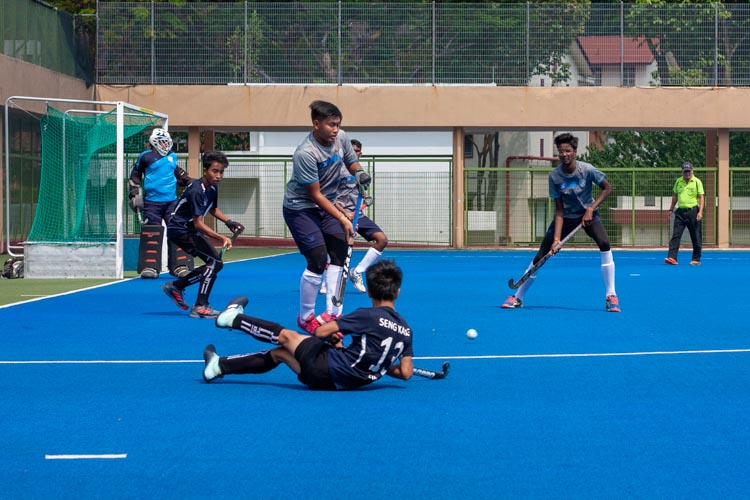 Players from both teams battling it out for the ball in Sengkang's territory. (Photo 6 © REDintern Jordan Lim)