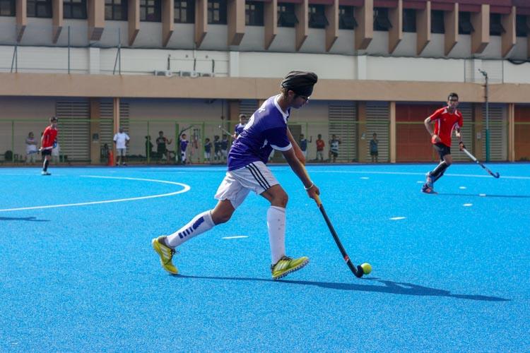 Harek Singh Mehta (SAS #12) controls and dribbles the ball as he makes his way up the pitch. (Photo 1 © REDintern Jordan Lim)