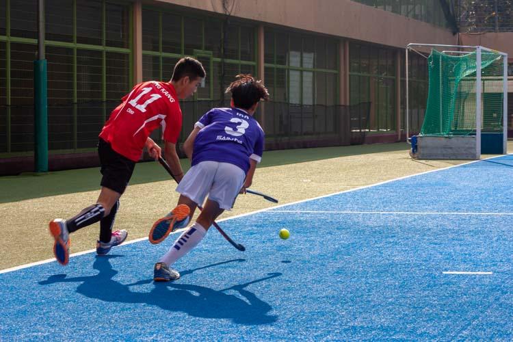 Toh Kok Ming, Srongpon (SKS #11) dribbles the ball past Ira Cheong Haijie (SAS #3). (Photo 3 © REDintern Jordan Lim)