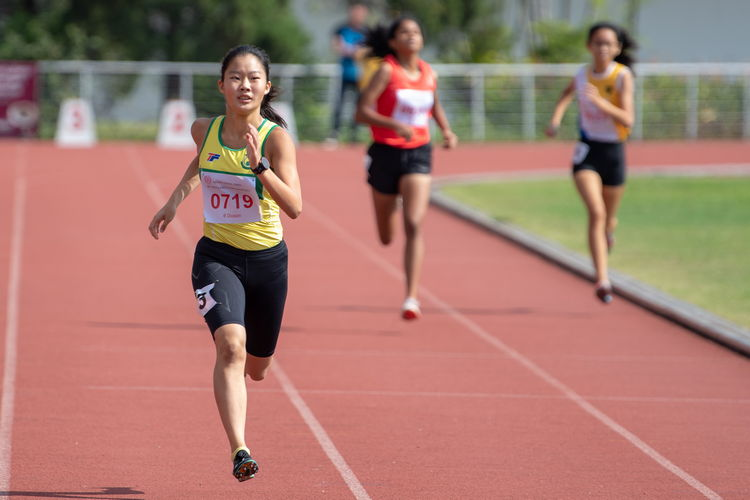 In the lead, Emily Ong Lee Ping of SCG, who won the 400m B Division Girls' Finals with a time of 01:00.51.