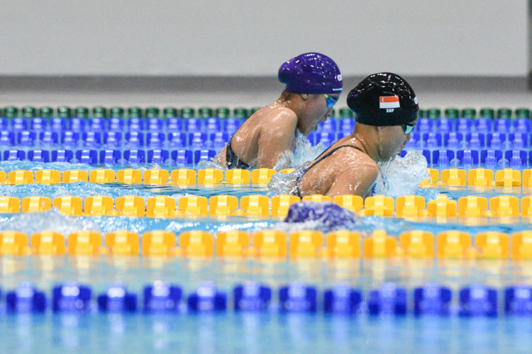 RGS' Lauren Chew (in purple cap) won the B Division girls' 100m Breaststroke final with a time of 1:15.12, edging out MGS' Claresa Liau (in black cap) by 0.25 seconds. (Photo 1 © Iman Hashim/Red Sports)