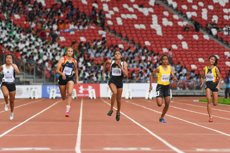 RI's Grace Shani Anthony (#399) edged out VJC's Kathya Kodikara (#458) by three hundredths of a second to clinch the A Division girls' 100m gold, clocking 12.72s against the latter's 12.75s. Nurul Insyirah (#485) of ACJC finished third with 13.03s. (Photo X © Iman Hashim/Red Sports)
