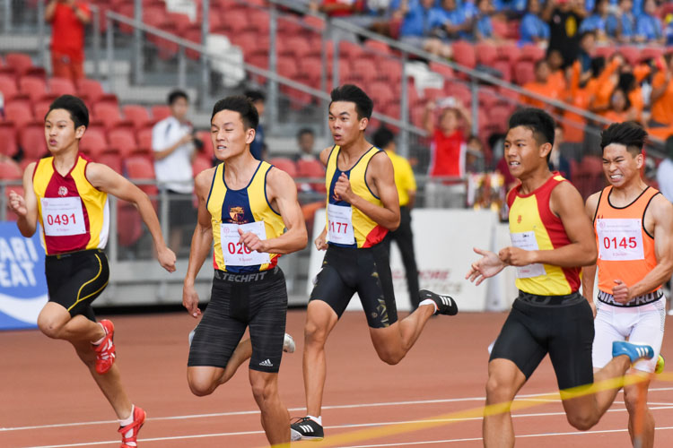 Zeen Chia (#590) of HCI and Mark Lee (#201) of ACS(I) in a tight contest during the B Division boys' 100m final. Zeen eventually clinched the gold with a time of 11.26s, 0.07 seconds ahead of Mark. (Photo 1 © Iman Hashim/Red Sports)