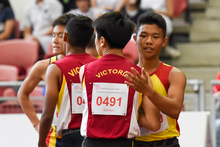 Kieren Lee (#491) of Victoria School congratulating Zeen Chia after the race. (Photo 1 © Iman Hashim/Red Sports)