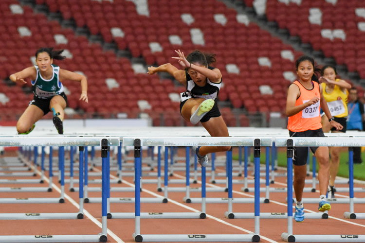 Valencia Ho (#410) of Raffles Institution came out tops in the A Division girls' 100m hurdles final with a new personal best of 15.25s. (Photo X © Iman Hashim/Red Sports)