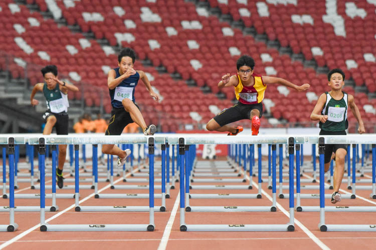 Simon Azulay (#401) of Victoria School won gold in the C Division boys' 100m hurdles final, edging out Jordan Tan (#498) of SST by 0.05 seconds. (Photo X © Iman Hashim/Red Sports)