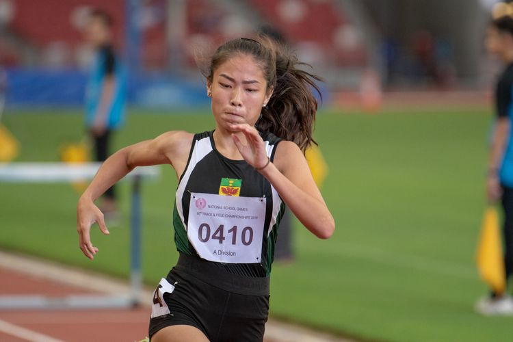 Valencia Ho (#410) of RI finished in first place in the A Division Girls' 100m hurdles final with a time of 00:15.25.