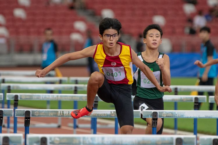 Simon Azulay (#401) of Victoria School finished in first place in the C Division Boys' 100m hurdles final with a time of 00:14.62.