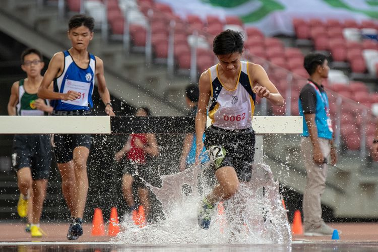 Randall Lee (#62) of Catholic High School came in ninth place in the B Division Boys' 2000m steeplechase final with a time of 07:23.71.