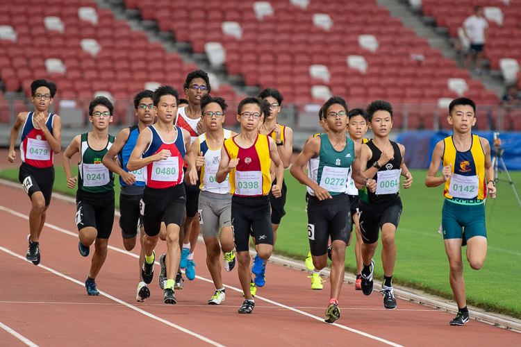 The C Division boys complete their first lap in the 800m final. (Photo X © REDintern Jared Khoo)