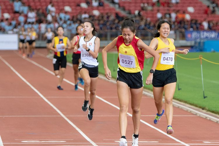 Toh Pei Xuan (#527) of HCI crosses the finish line in the A Division Girls' 1500m final. She was the runner-up with a time of 05:17.06, 6.5 seconds behind her teammate, Vera Wah (#528).