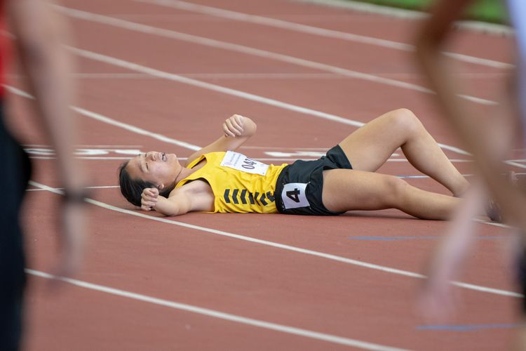 Amanda Wong (#470) of VJC recovers after the intense and exhausting A Division Girls' 1500m final. She finished in third place with a time of 05:18.32.