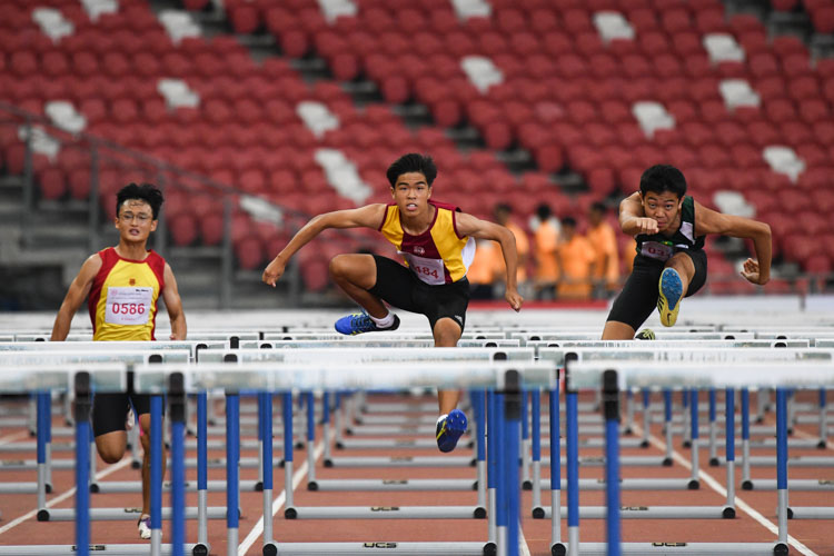 Gabriel Lee (#484) of VS came in first in the B Division Boys 110 metres hurdles event stopping the clock at 14.89s, while Aloysius Chia (#39) of Catholic High took silver with a time of 14.99s and Wellington Ho (#225) of RI rounded off the podium coming in at 15.09s. (Photo 1 © Stefanus Ian/Red Sports)