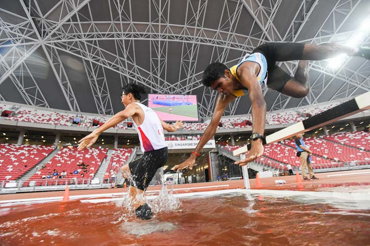 Kumar Saran (#216) taking a fall at the water jump pit during the 2000m Steeplechase final. He eventually finished fifth. (Photo 1 © Stefanus Ian)