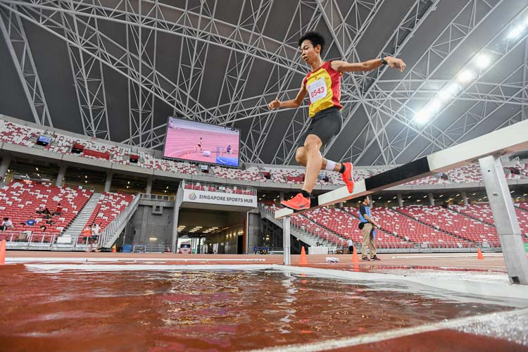Aeron Young of Hwa Chong Institution on his way to clinching silver in the 2000m Steeplechase final. (Photo 1 © Stefanus Ian)