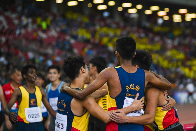 The Anglo-Chinese School (independent) A Division Boys' 4x400m team embracing each other after the race. (Photo 1 © Stefanus Ian/Red Sports)