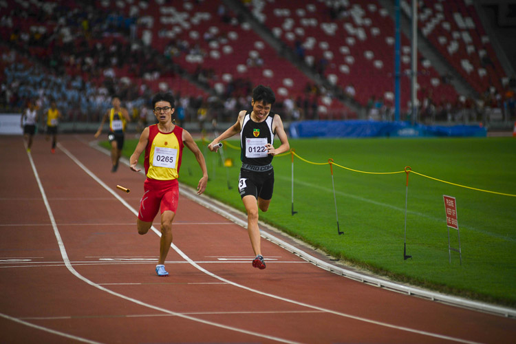 Marcus Tan (#122) of Raffles Institution pipped Sin Ming Wei (#265) of Hwa Chong Institution at the end to clinch gold medal for his team in the A Division Boys' 4x400m relay race. (Photo 1 © Stefanus Ian/Red Sports)