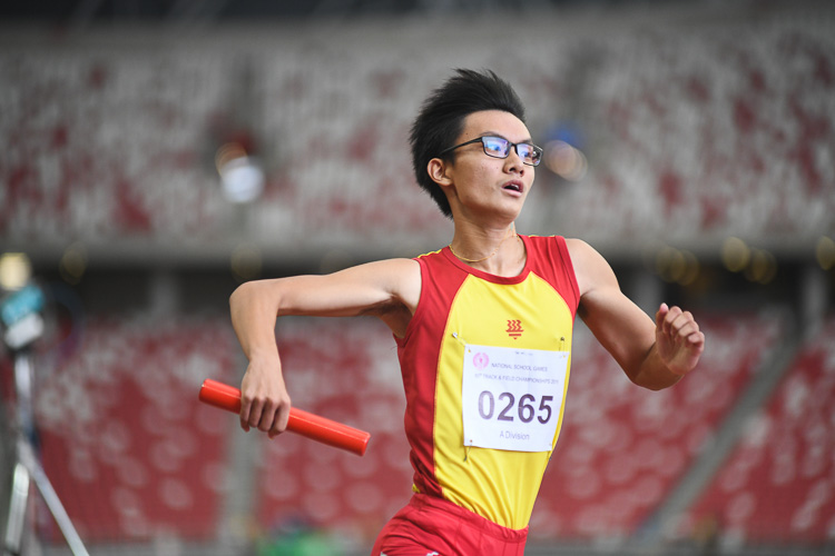 Sin Ming Wei (#265) of Hwa Chong Institution anchoring his team to the gold medal in the A Division 4x100m relay race. (Photo 1 © Stefanus Ian/Red Sports)