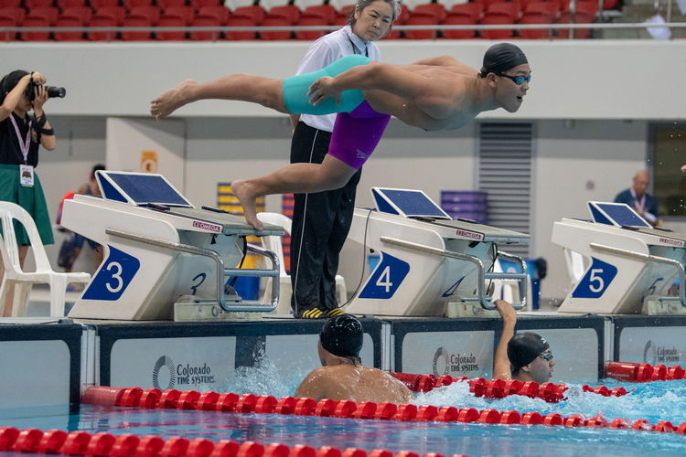 Swimmers racing in the 4x50m freestyle relay finals. (Photo X © Jared Khoo/Red Sports)