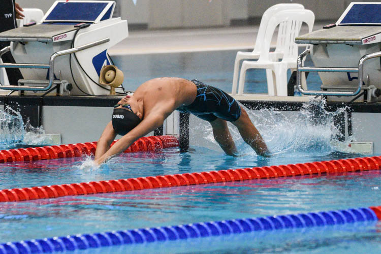 ACS(I)'s Zachary Tan takes off in the B Division boys' 200m Backstroke final. (Photo 1 © Iman Hashim/Red Sports)