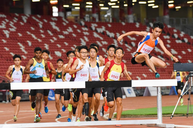 Loh Wei Long (#638) of Yuan Ching Secondary leaps over a steeple on his to gold in the B Division boys' 2000m Steeplechase final. (Photo 1 © Iman Hashim/Red Sports)